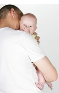 Être pris dans les bras, cajolé ou réconforté, laisse une « trace » moléculaire positive au bébé