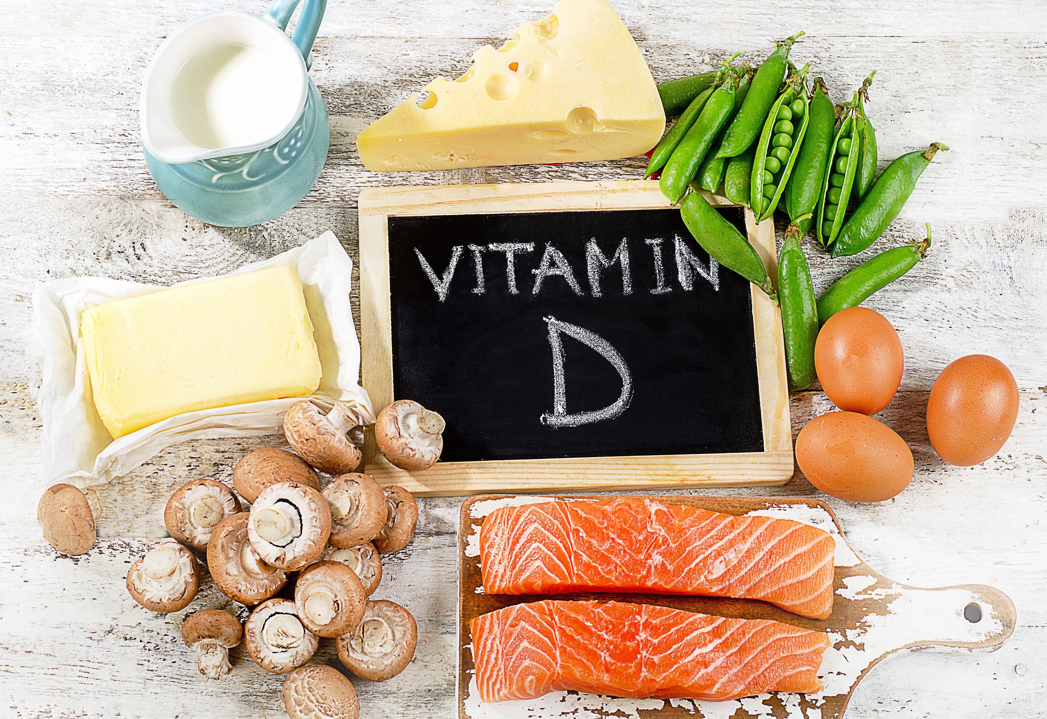 De faibles niveaux de vitamine D apparaissent en effet associés à un nombre de cas et des taux de mortalité à COVD-19 plus élevés
