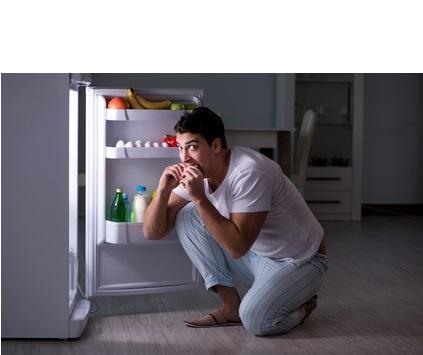 La privation de sommeil peut conduire à des envies de malbouffe la nuit, ce qui conduit à un grignotage malsain et nocturne accru