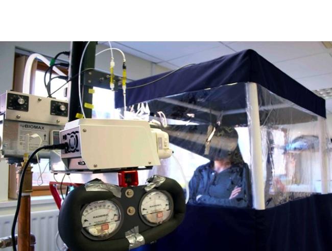 Pour tester si les masques faciaux bloquent toujours suffisamment la transmission interhumaine du virus, les chercheurs ont mesuré la quantité de SRAS-CoV-2 inhalée dans l'air (Visuel University of Nottingham)