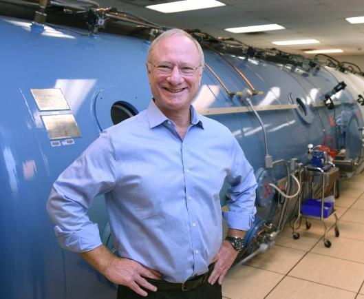 L'auteur principal, le Dr. Levine devant son caisson hyper / hypobarique