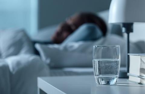 Après une nuit de mauvais sommeil ou après une privation de sommeil, il est recommandé de bien s'hydrater.