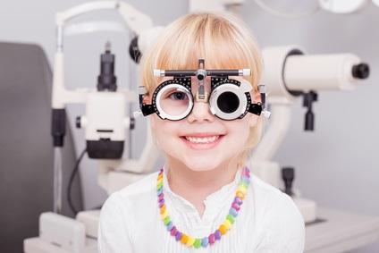 L'amblyopie ou « oeil paresseux » est une perte de la vision qui survient généralement lorsqu'un enfant développe une déviance oculaire (de type strabisme par ex.) ou une différence importante de réfraction entre les yeux (type anisométrie).