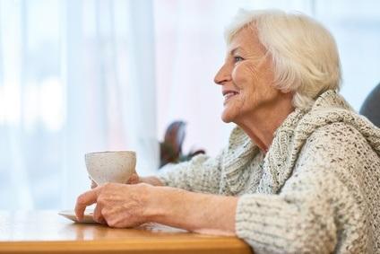 Le café chez les patients atteints de la maladie d'Alzheimer ou chez les patients sains au cours du vieillissement normal, bloque les récepteurs de l'adénosine, des molécules susceptibles de participer au dysfonctionnement psychologique et cognitif.