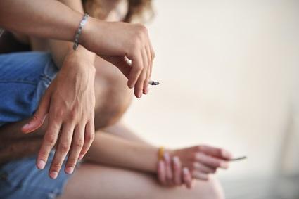 L'exposition des enfants à la fumée du cannabis pose question, alors que contrairement aux cigarettes, fumer du cannabis à l'extérieur et dans les lieux publics est illégal dans la plupart des pays.