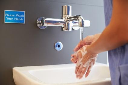 Des pratiques rigoureuses d'hygiène et de lavage des mains peuvent permettre de réduire la mortalité, les taux de prescription d'antibiotiques et donc les risques d'antibiorésistance