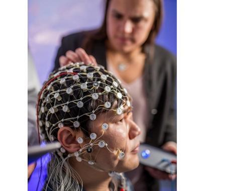 Ce type spécifique de stimulation cérébrale électrique est appelé stimulation transcrânienne par courant alternatif (TACS pour transcranial alternating current stimulation)