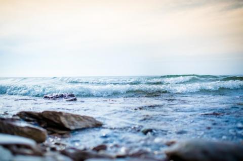 L'état de pleine conscience, en favorisant la conscience du moment présent et la conscience de soi peut apporter un soutien réel dans l'autogestion de la douleur.