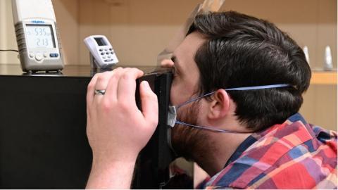 Les chercheurs ont mesuré le niveau d'humidité en faisant respirer un volontaire dans une boîte en acier scellée (Visuel NIDDK)