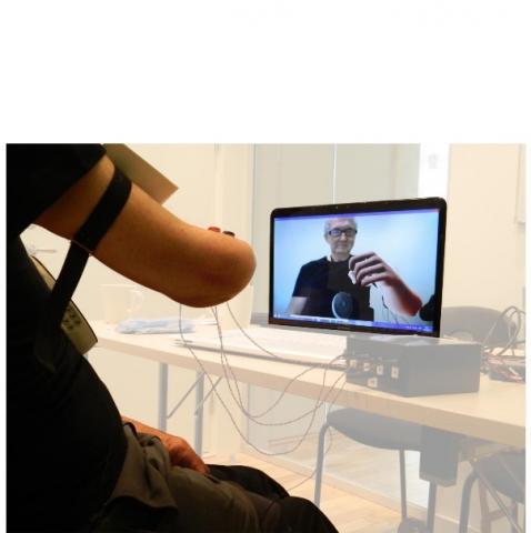 Les patients se voient sur un écran, avec un membre rendu numériquement (réalité augmentée) à la place de celui qui manque, et peuvent alors le contrôler comme s'il s'agissait de leur propre membre biologique.