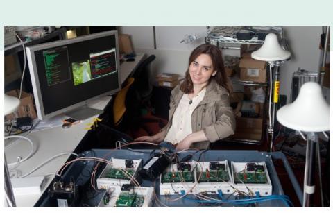 Le professeur Dina Katabi du Laboratoire d'Informatique et d'Intelligence Artificielle (CSAIL) du MIT