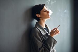 Les femmes ont 31% moins de chances de réussir à arrêter de fumer, en partie parce que la thérapie de substitution nicotinique est plus efficace chez les fumeurs de sexe masculin.