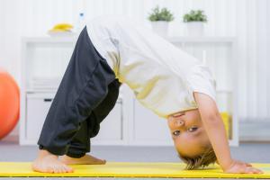 Elle peut s'installer dès l'enfance mais peut aussi être évitée par la pratique d'une activité physique modérée et vigoureuse. La rigidité artérielle, un facteur majeur de maladie cardiaque à l'âge adulte, menace déjà chez les enfants (Visuel Adobe Stock 120461952)
