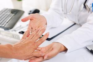 Lorsque cette analyse conclut à une incidence plus faible et à des formes plus bénignes de l'infection COVID-19 chez les personnes atteintes de maladies rhumatismales, se pose immédiatement la question d'un effet collatéral et inhabituel des traitements (Visuel Adobe Stock 121235153)