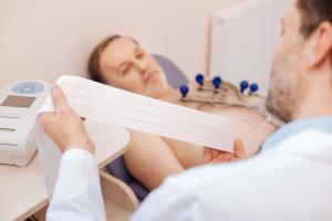 Ces lésions cardiaques retrouvées chez plus de la moitié des patients atteints de COVID-19 sévères, sortis de l'hôpital, restent détectables par IRM au moins un mois après la sortie (Visuel Adobe Stock 144030431)