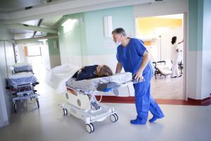 Face à la pénurie de lits de réanimation, de nombreux pays ont ainsi été contraints de recourir au transfert de patients, d'un établissement à un autre, et au cours des pics de l'épidémie, d'un pays à un autre (Visuel Adobe Stock 158978688)