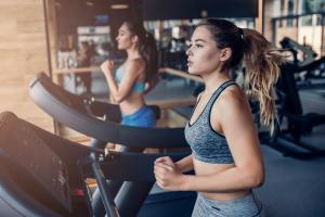 Courir sur un tapis de course peut réduire les douleurs menstruelles et améliorer la qualité de vie à long terme