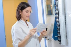 Des rotations plus courtes dans les unités de soins intensifs (USI) atténuent l'épuisement professionnel des médecins et des personnels soignants