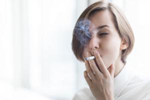 Ainsi, fumer plus de 20 cigarettes par jour a des effets néfastes significatifs sur la vision.