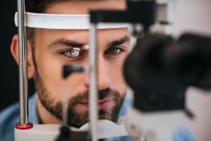 Les personnes atteintes de glaucome, ou à risque de glaucome, nécessitent une surveillance à vie avec des tests à l'hôpital (Visuel Adobe Stock 195023748)
