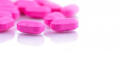 Certains médecins choisissent de prescrire des fluoroquinolones plutôt qu'un autre antibiotique en raison de leur large spectre d'activité antibactérienne et de leur absorption orale élevée, aussi efficace qu'un traitement par voie intraveineuse ou intraveineuse