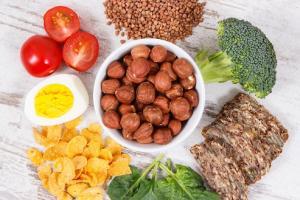 Une alimentation à base de « plantes » peut réduire la tension artérielle même si l'on s'autorise de petites quantités de viande et de produits laitiers (Visuel Adobe Stock 221236572).