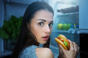 Manger plus tard dans la journée peut favoriser la prise de poids et finalement l'obésité