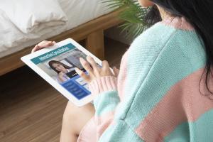 L'utilisation de plateformes de téléconférence pour l'orthophonie a rendu d'énormes services durant la pandémie, cependantla « téléthérapie vocale » présente un défi unique (Visuel Adobe Stock 230337074)
