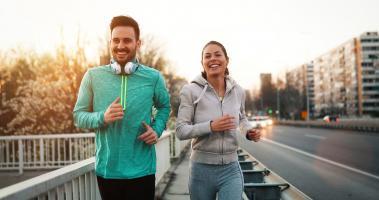 Pourquoi pratiquer l'exercice et consommer des fruits et légumes peut réellement rendre plus heureux ? (Visuel Adobe Stock 245150926)