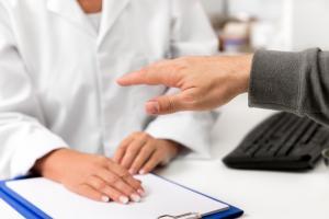 Aider le public ou les usagers de santé à mieux comprendre les effets secondaires de la vaccination anti-COVID, notamment en cas de troubles neurologiques préexistants (Visuel Adobe Stock 249986738)