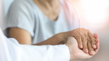 Le type de prestation de soins apportée par l'aidant et sa durée hebdomadaire prédisent le pronostic de la personne aidée (Visuel Adobe Stock 305445589).