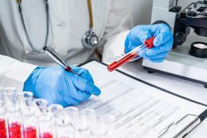 L'étude démontre la nécessité d'atteindre la nécessité d'atteindre un niveau d'anticorps minimum pour être protégé du décès (Visuel Adobe Stock 319612966).
