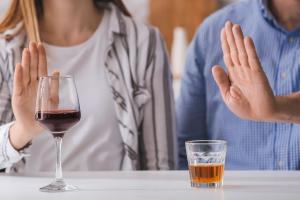 Si le SSPT et l'alcool vont souvent de pair, cette corrélation diffère selon le sexe, avec également des symptômes spécifiques aux hommes et aux femmes (Visuel AdobeStock_321951129).