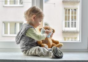 Un contact étroit avec des parents infectés symptomatiques peut suffire à déclencher une réponse immunitaire chez l'enfant ? (Visuel Adobe Stock 328518630).