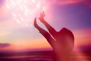 Ce n'est pas la première étude à suggérer que les variations naturelles du rayonnement ultraviolet (UV) influencent la propagation du COVID-19 (Visuel Adobe Stock 330022861)