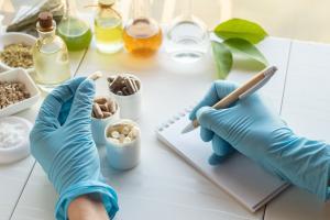 Un nouvel outil anti-COVID possible, une combinaison de produits alimentaires qui altère la salive, de manière à l'épaissir et même peut-être la réduire ? (Visuel Adobe Stock 336763354)