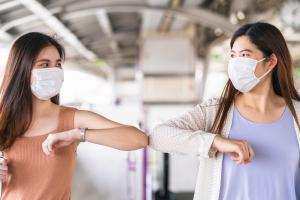 Combiner la vaccination et la distanciation physique devrait suffire à éviter de futures flambées de COVID-19 (Visuel Adobe Stock 359243659)