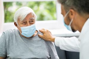 Si l'on sait à quel point les EPHADs ou maisons de retraite ont donné lieu à des concentrations de cas et de décès liés à la pandémie COVID-19, on ignore si les trajectoires de la maladie sont spécifiques chez les résidents (Visuel Adobe Stock 362235750)