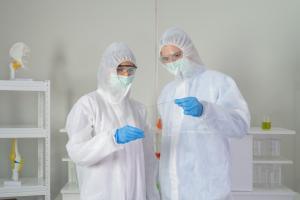 On pourrait penser que les personnels des services d'anesthésie et de soins intensifs (USI) en frontal avec les patients COVID-19 sévères encourent un risque plus élevé d'être infectés  (Visuel Adobe Stock 374182371)
