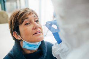 Ces virologues ont identifié, dans le microbiote nasopharyngé, des indices sur les personnes qui développeront les symptômes du COVID-19 (Visuel Adobe Stock 401209002).