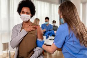 Parmi les variants en circulation, Delta mais aussi Delta Plus, qui, chez certains patients, semblent échapper à l'immunité induite par la vaccination (Visuel Adobe Stock 41307661).