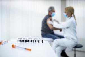 Les réactions allergiques sévères aux vaccins restent extrêmement rares et une surveillance de 30 minutes après la vaccination reste la norme, chez les patients allergiques (Visuel Adobe Stock 418891464).