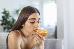 La perte du goût et la perte de l'odorat peuvent également se développer chez des personnes négatives, mais alors plus souvent en association avec la fièvre et la toux (Adobe Stock 442668381).