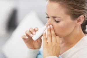 Une administration nasale de mélatonine, en gouttes ou en spray, pourrait permettre d'éviter ou de freiner le développement de la maladie chez les patients pré-symptomatiques (Visuel Adobe Stock 54961414)