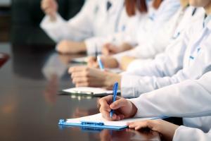 Quelles sont les conditions de soins de qualité personnalisés autour du patient à domicile ? Un parcours de soins individualisé et une équipe pluridiscplinaire coordonnée.