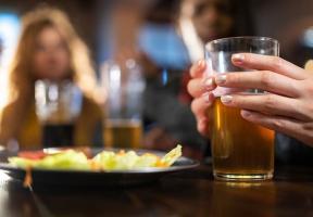 La consommation excessive d'alcool peut être plus dommageable pour les femmes