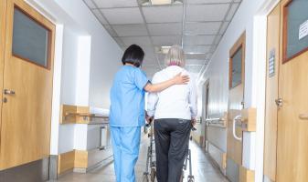 La chute peut être liée à un début encore silencieux de maladie d'Alzheimer (Visuel Fotolia)