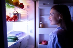 Une collation la nuit, une fausse bonne idée pour réduire la glycémie post-petit déjeuner ? (Visuel AdobeStock_322556703)