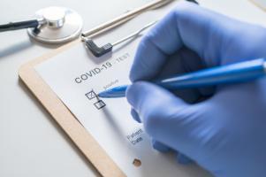 La plupart des patients qui deviennent symptomatiques, développent les premiers symptômes dans les 11 ou 12 jours et la grande majorité dans les 14 jours qui suivent leur contamination