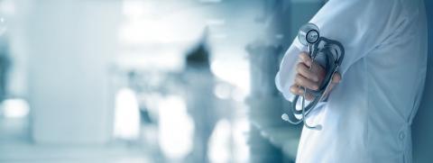 L'hydroxychloroquine et la chloroquine (disponible sous forme d'hydroxychloroquine ou de sels (sulfate ou phosphate) sont des médicaments prescrits par voie orale utilisés pour le traitement du paludisme et de certaines maladies inflammatoires.